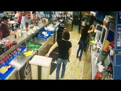 女服務生在排列杯子時突然失手讓杯子飛出去,但是請注意看她的腳…完全就是神救援啊!
