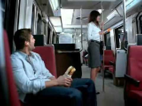 女生在電車上想要吃男生的大熱狗!外國人真開放!