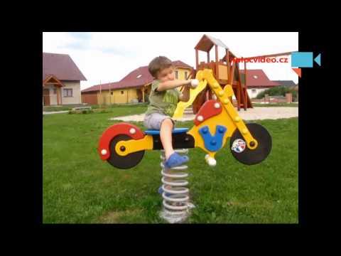 Harley Davidson na dětském hřišti