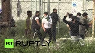 В Греции беженцы закидали министра бутылками с водой