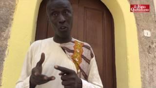 """Storia di Ibrahim, laureato e bracciante. """"Oggi altro diploma. Ma vi venderò collanine in spieggia"""""""