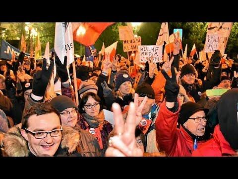 Ένταση εντός και εκτός κοινοβουλίου στη Βαρσοβία