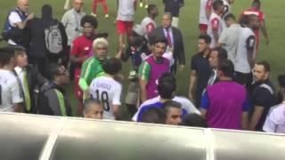 Sacan escoltado al arbitro gringo porque la selección Panameña lo quiere linchar!!! www.oaenterprises.org