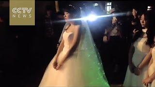 طلبت يد حبيبها مرتدية فستان الزفاف!
