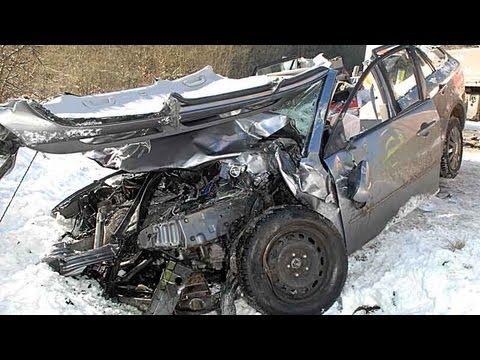 Frontal gegen Lkw: Frau im Auto eingeklemmt