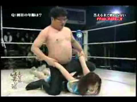 美少女摔角選手 VS 胖胖男子,這應該是吃豆腐了吧!