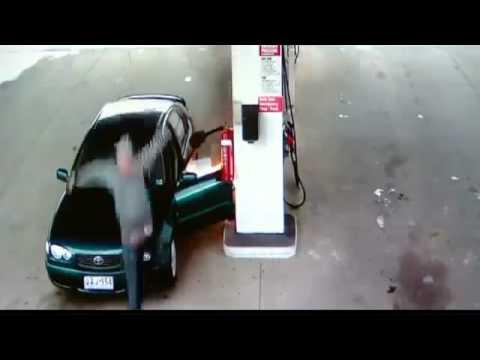 حمق يشعل النار في نفسه وسيارته بمحطة وقود