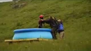 Plongeon spectaculaire dans une mini piscine