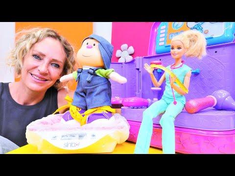 Spielzeug Video mit Nicole. Ärztin Barbie untersucht Hans. Puppenvideo auf Deutsch.