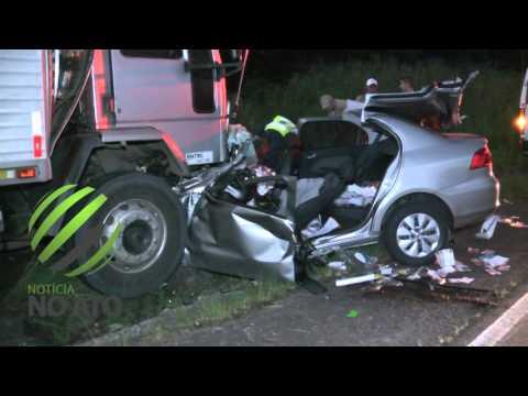 Colisão entre carro e caminhão mata casal
