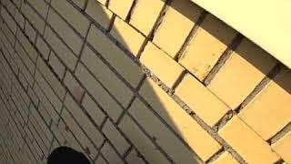 Bieganie po dachu bloku z bardzo hardcorowym finałem