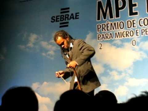 Baiano toca hino nacional Brasileiro e do Senhor do Bonfim no berimbau