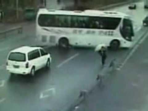 當公車把腳踏車帶人捲到車底時,這是世界上的幸運兒,死神休假了!