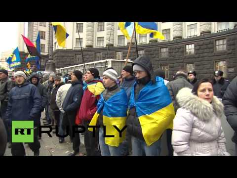 Ukraine: Kiev streets fill with protesters and police