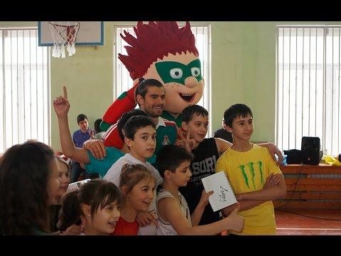 Пейчинович и Довбня устроили футбольный праздник в школе!