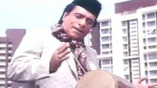 Dum Dum Dholak Bajana videoclip Kadar Khan, Baap Numbri Beta Dus Numbri Song (From Khiladi)