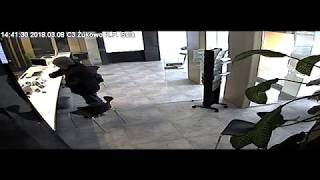 Policja udostępniła nagranie z napadu w Żukowie - sprawdź, czy rozpoznajesz sprawcę (2/3)