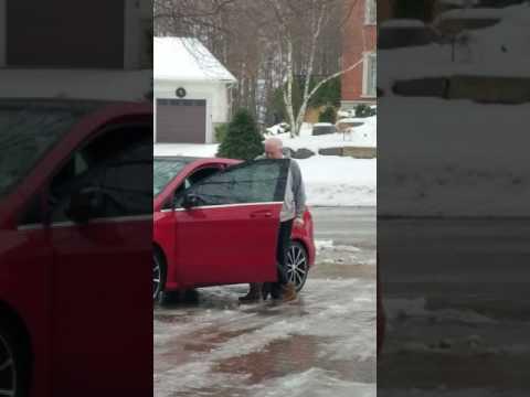 kobieta-stara-sie-wsiasc-do-samochodu-na-oblodzonym-podjezdzie
