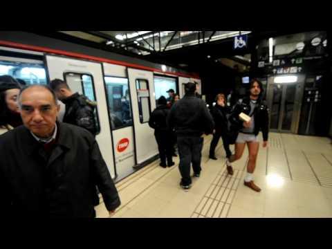Usuarios del metro se bajan los pantalones