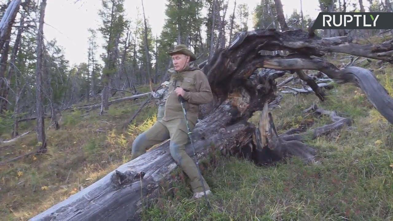 Ο Πούτιν κάνει διακοπές στο βουνό – Στα χακί και με ραβδί περιπάτου
