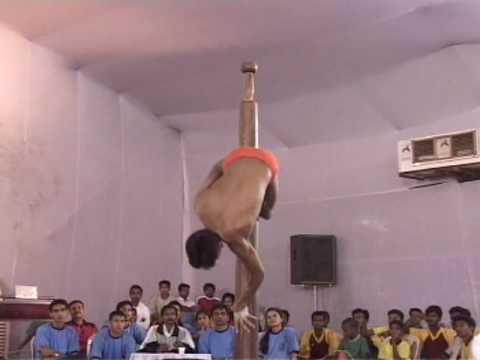 「もはや体操競技みたいな男性版のインドのポールダンスがかっこいい」のイメージ