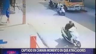 Captado en cámara momento en que atracadores despojan a mujer de pasola en SFM