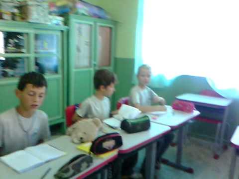 Crianças aprendendo  animais em polonês.