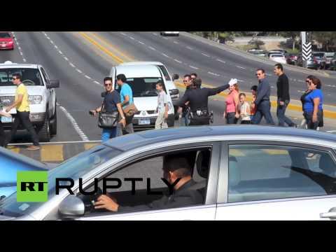 وصلة لشرطي مرور مكسيكي أثناء تأدية واجبه بأحد الشوارع