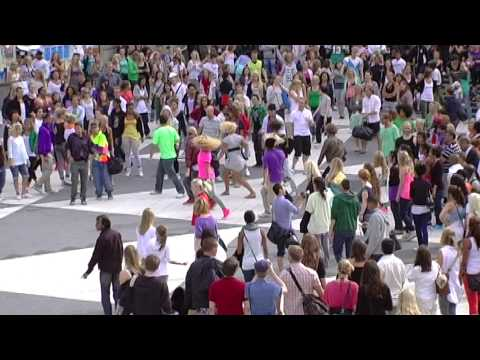 flash mob - This is the official clip from BOUNCE & Friends. More than 300 dancers met at 15.30, got informed and then learned the choreography in 30 min. Less then 1 ho...