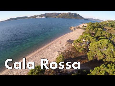 Der schmale, helle Strand mit gelblichem Sand geht besonders seicht ins Wasser über.