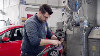 Come utilizzare la vernice per alte temperature spray per componenti del motore