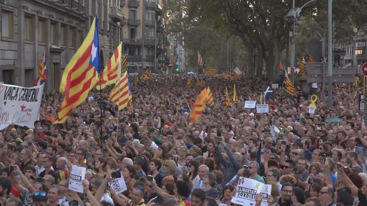 Οργή στην Καταλονία μετά τις ανακοινώσεις Ραχόι για την άρση της αυτονομίας