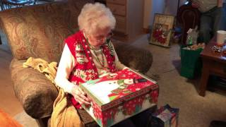 Babcia dostaje na święta ogromne pudełko. Gdy tylko je otwiera, ze wzruszenia zaczyna płakać