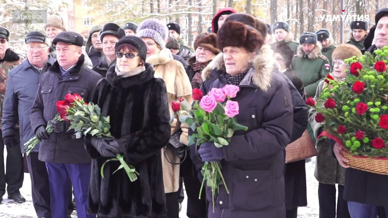 Жители Ижевска возложили цветы к бюсту Михаила Калашникова