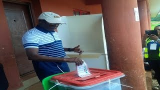 #EdoDecides: Gov. Oshiomhole dramatically casts his vote