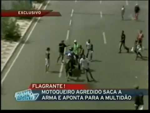 Homem agredido por manifestantes saca arma e dá tiros para o alto