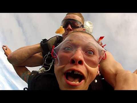 Naisen hammas lentää taivaalle kesken tandemhypyn