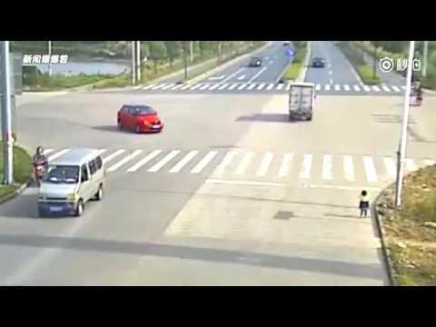 這位媽媽騎機車後面載著小孩,當在紅綠燈停下來的時候,讓人驚聲連連的畫面出現了!