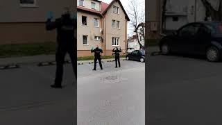 Polscy policjanci umilają czas dzieciom objętym kwarantanną
