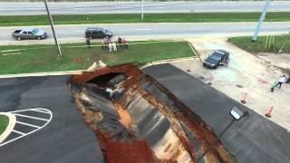 Un énorme trou sur le parking d'un restaurant engloutit une quinzaine de voitures