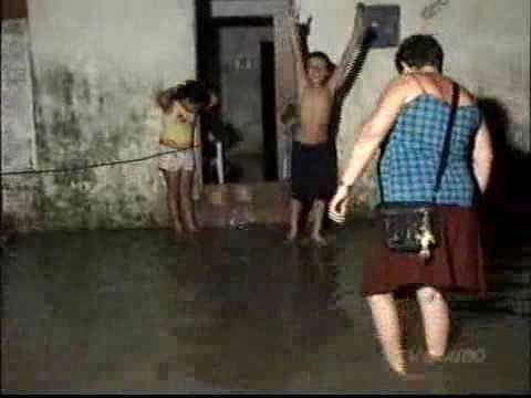Chuva alaga casas em Limoeiro do Norte.wmv
