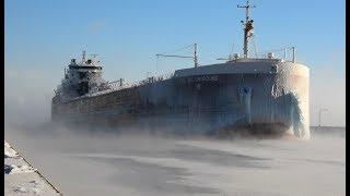 Robi wrażenie! Imponujący widok statku wpływającego do portu w zimowej porze!