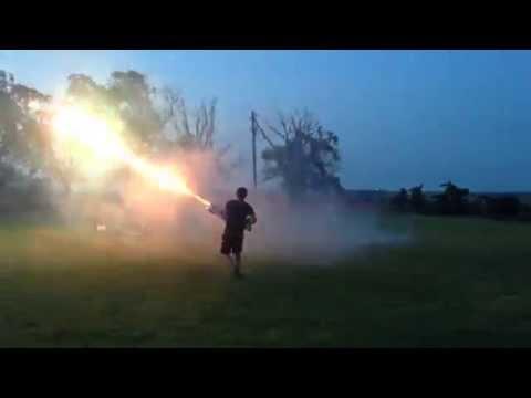 Jovem cria insana arma de fogos de artifício caseira