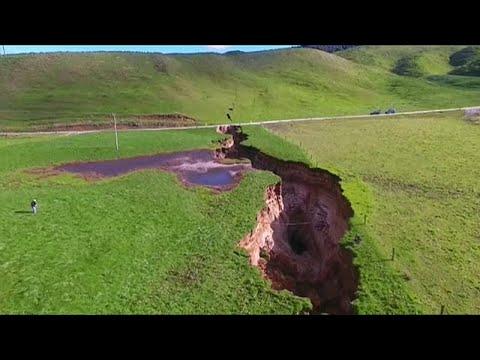 العرب اليوم - أمطار غزيرة تكشف حفرة هائلة في شمال نيوزيلاندا