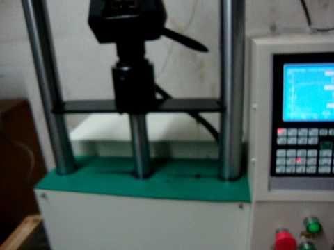 Ensaio de tração em arame com extensômetro  e computador alem do LCD