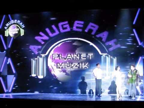 Glam TV: Hafeez Glamour & Syahrini Presenting Awards at Anugerah Planet Musik 2013