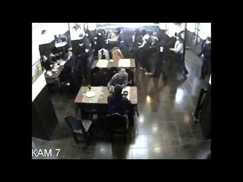 戰鬥民族的日常,武裝蒙面男子闖入餐廳砸店,男子卻淡定不為所動!
