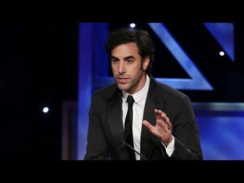 男喜劇演員獲獎後興奮到在坐輪椅的老前輩前即興表演,豈料下一秒竟發生「全場都窒息」的意外…