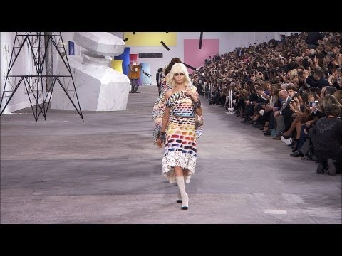 Chanel - More on http://chanel-news.com Full film of the CHANEL Spring-Summer 2014 Ready-to-Wear show that took place on October 1st at the Grand Palais, Paris. Sound...