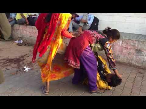 LIVEVIDEO झांसी रेलवे स्टेशन पर सरेआम महिलाओं ने युवक को चप्पलों से पीटा